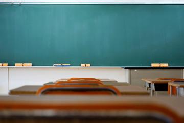 Fototapeta School classroom in Japan / 学校の明るい教室と黒板(中学校・高校) obraz