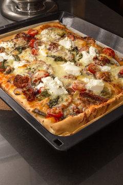 Vegetarische Pizza auf Blech