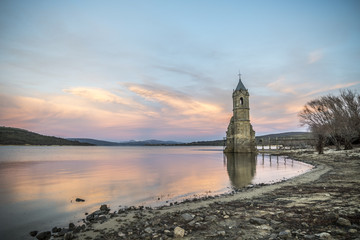 Torre iglesia embalse río Ebro Cantabria España