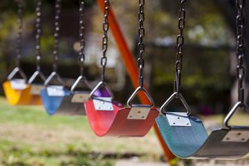 Columpios de colores en el parque