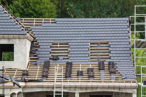 Pose d 39 ardoises sur un toit photo libre de droits sur la banq - Pose d ardoises sur un toit ...