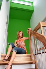 Frau sitzt auf Treppe aus Holz