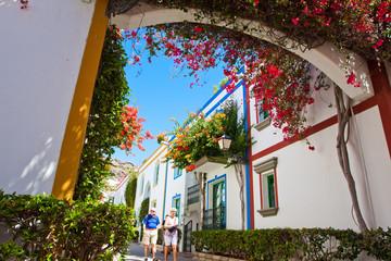 Fototapeta Wyspy Kanaryjskie Mogan miasteczko uliczki i kwiaty obraz