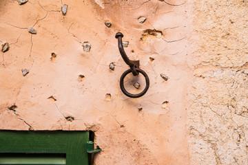Wanddetail mit Fenster im Anschnitt und Haken
