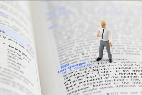 辞書と男性