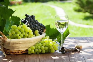 White wine glass, red and white grape Fototapete