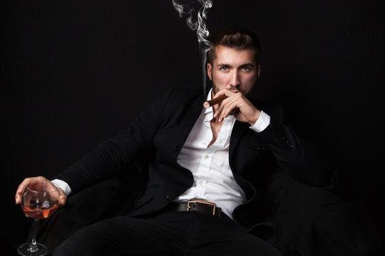 Geschäftsmann entspannt bei Zigarre und Drink