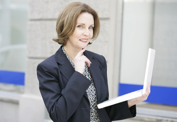 ältere Geschäftsfrau mit Laptop