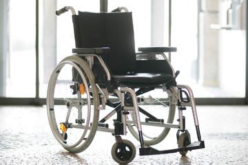 Rollstuhl steht im Flur