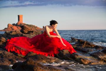 Frau Model im Abendkleid am Meer