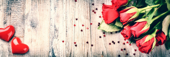 Foto auf Leinwand Roses Bouquet of red roses with decorative heart. St Valentine's conce