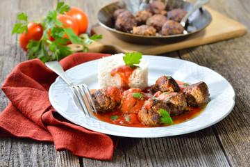 Knusprig gebratene Hackfleischbällchen mit Tomatensauce und Basmatireis