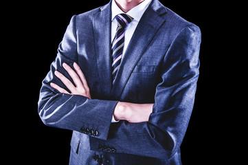 腕を組むビジネスマン 黒背景