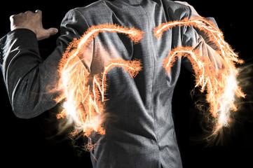 背中に炎の翼が生えたビジネスマン