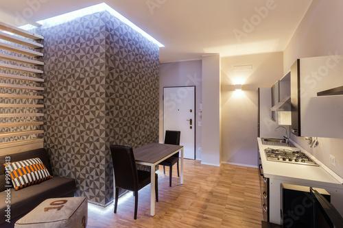 Piccolo monolocale con cucina a vista su soggiorno ristrutturato con stile e gusto stock photo - Soggiorno con cucina a vista ...