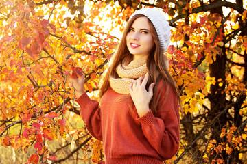 Красивая девушка в осеннем лесу с шарфом