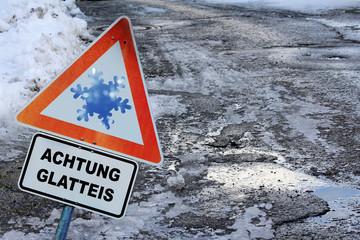 Achtung - Unfallgefahr durch Glatteis auf Straßen und Gehwegen
