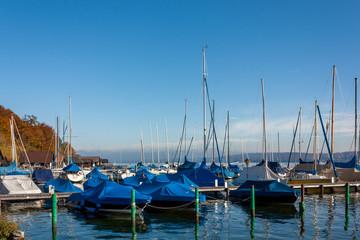 Die Segelschiffe im Hafen sind gut für den kommenden Winter eingepackt und verankert.