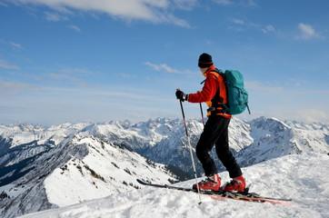 Skitour am Gipfel mit Aussicht auf Alpen