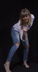 сексуальная молодая женщина в рваных джинсах, в туфлях на шпильке, рубашка, джинсы, туфли, блондинка, взгляд, стройная, молодая, девственная, роскошная, шикарная