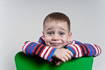 Fototapeta chłopiec na krześle, obraz
