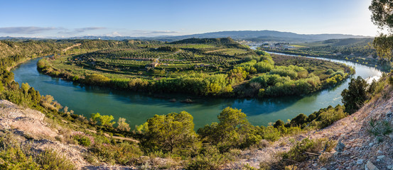 Foto op Plexiglas Rivier Curve of the Ebro River near Flix, Spain