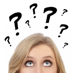 femme réfléchissant avec dessins points d'interrogation