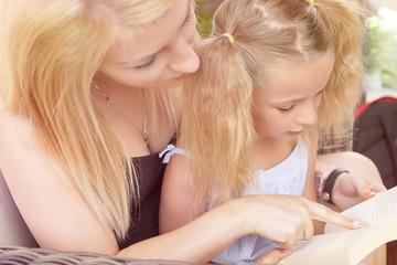 Mutter und Tochter lesen ein Buch