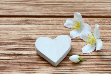 Herz mit Jasmin auf Holz