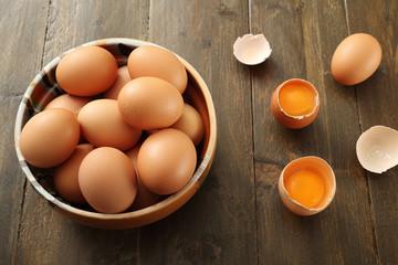 vista dall'alto uova di gallina su sfondo tavolo legno rustico