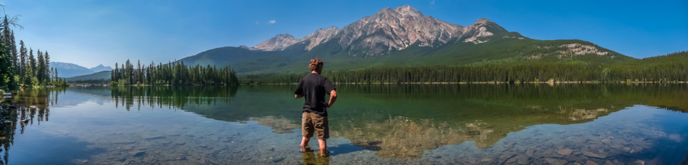 Beautiful nature landscape with mountain lake in British Columbia, Canada Fototapete