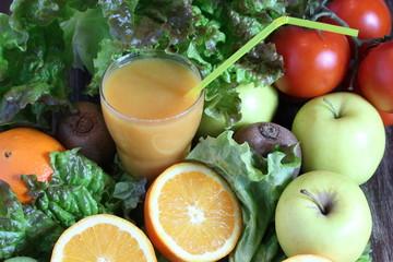centrifuga di frutta e verdura su tavolo in legno