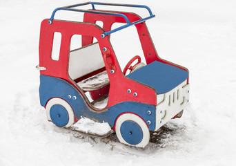 Детский автомобиль  из фанеры на снегу
