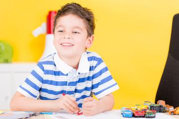 kind spielt im kindergarten
