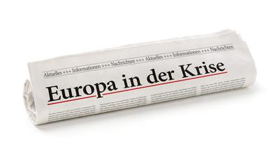 Zeitungsrolle mit der Überschrift Europa in der Krise