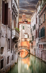 Papiers peints Canal Narrow canal in Venice in the evening