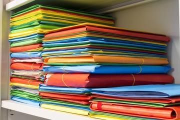 Pila di cartelline con documenti d'archivio in ufficio