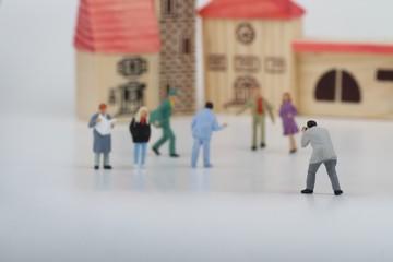 miniature di fotografo che pratica street photography in città