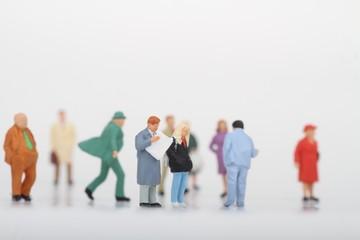 folla di persone passanti in miniatura