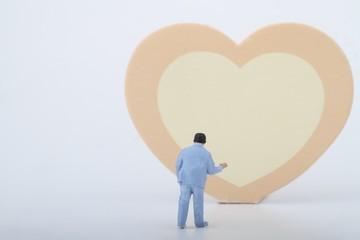 miniatura di uomo innamorato e cuore