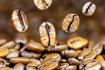 fallende geröstete Kaffeebohnen