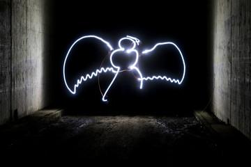 Weihnachtsengel mit Taschenlampe gemalt
