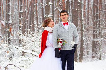 Зимняя свадьба. Красивая молодая пара в лесу.