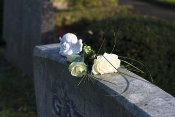 Rose und Engel auf dem Grabstein
