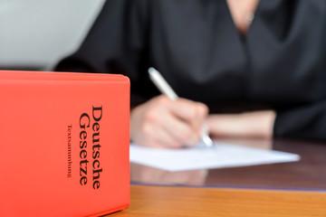 Kanzlei einer Anwältin mit Gesetzesbüchern