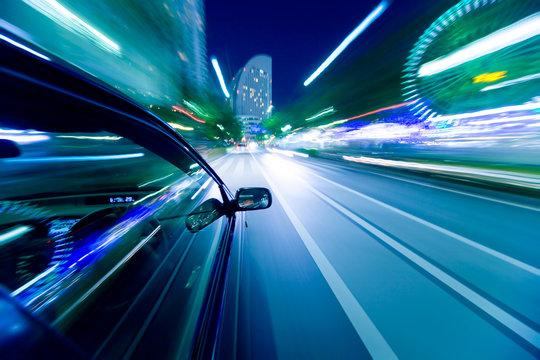 夜の町をドライブ