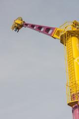 lunaparkta eğlenceli vakit geçirmek heyecan ve adrenalin dolu boş zaman yükseklik korkusu yükselmek ve çelik makinalar