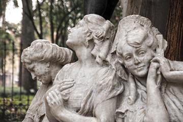detalles del monumento dedicado al poeta Gustavo Adolfo Bécquer en la ciudad de Sevilla