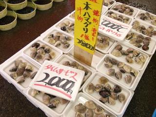 冬の港の市場のハマグリ