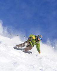 Könner auf Skiern im Gelände